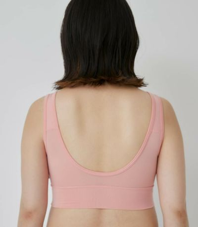 胸の開きが開きすぎず、内側に引き締めるパターン