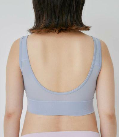 肩部分はタテに伸縮する素材。