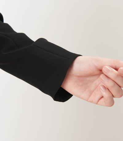 手首回りをエレガントに見せる袖口。