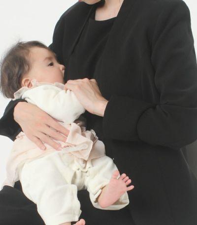 授乳写真:ノワール 共布のブラックフォーマルドレスを着用すれば、式の途中で離席することなく授乳できます