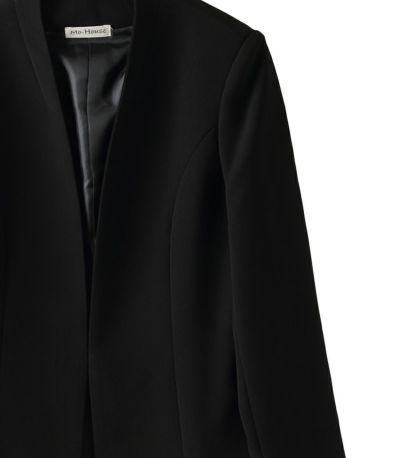 しっとりした質感のマットブラック。ほどよく押さえた光沢感が気品ある雰囲気。 シワになりにくく、シンプルなシルエットですので、授乳期が終わっても長く着ていただけます
