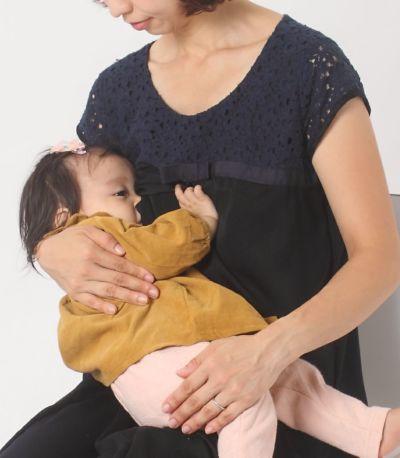 授乳写真:授乳口は授乳服には見えないデザインのセンターオープンタイプ