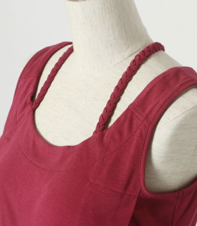 肩の部分のみつ編みがアクセント。