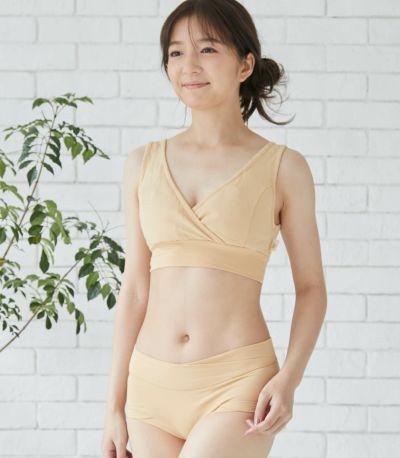 授乳期でも楽でかっこよくスタイリッシュに着こなせる形にこだわりました。機能性とデザイン性を兼ねた形です。
