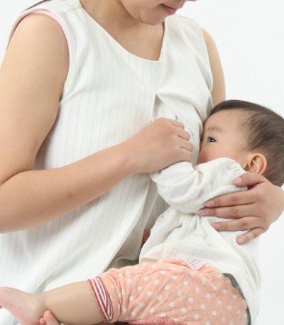 授乳写真:授乳口が目立たないセンターオープンタイプ。