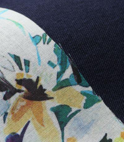 身生地は、なめらかで肌ざわりのよいモダール混コットン。 後ろのフラワー柄は、コットン100%のシャツ素材。 フラワープリントが大人かわいい。