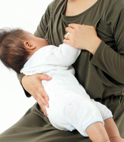 授乳写真:授乳口はサイドスリットタイプ グリーンカーキ