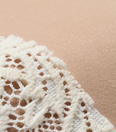表面に細かなスエードのような起毛があり、やわらかな光沢となめらかさが上品な素材。
