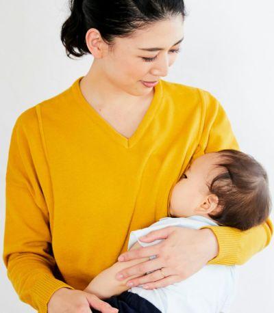 授乳写真:授乳口はサイドスリットタイプの授乳服 ココリータ イエロー