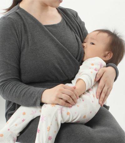 授乳写真:授乳口はカシュクールタイプ チャコール