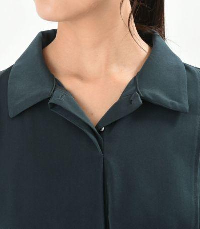 衿は二番目のボタンまで開く、比翼タイプでボタンの開け閉めをする手間がありません。