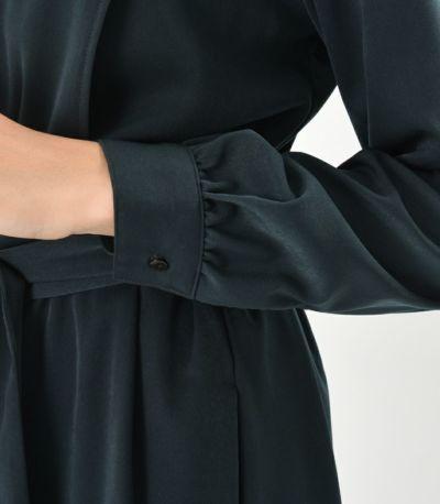 袖は長袖で、カフスはきちんと感を演出。