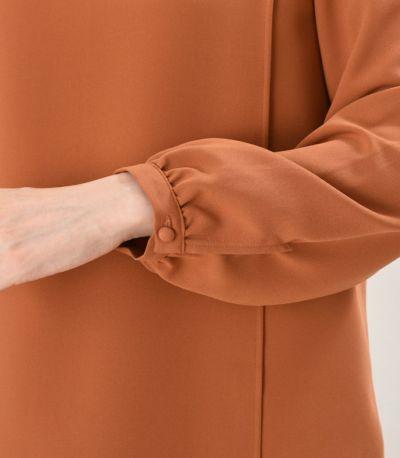 袖のカフス。さりげないギャザーとボタン。着ていく場を 選らばない清楚感。