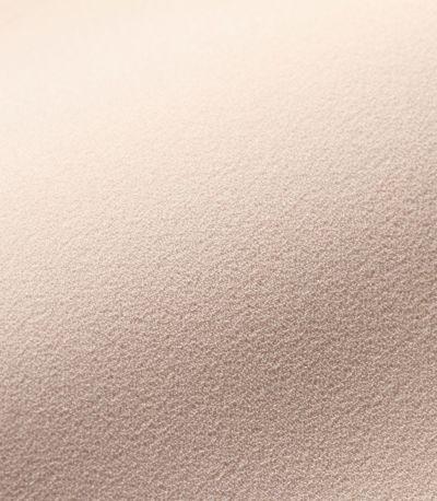 マットな表面が上品な印象。薄手で程よいドレープ感がチューリップスリーブをきれいに。