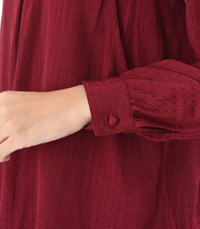 袖口のカフスが手首を華奢に見せ、きちんとした印象にも。