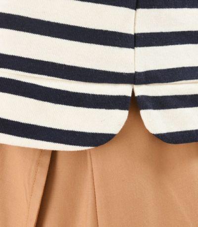 丸みのある裾のカットがポイント。