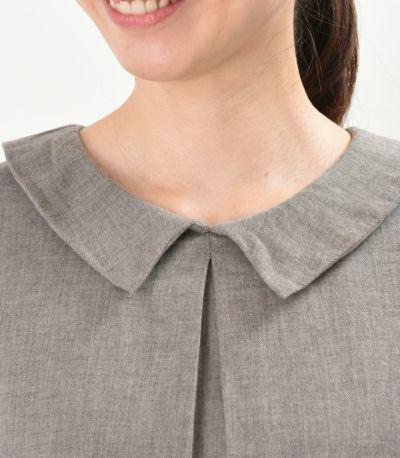 ナチュラルながらきちんと感のある衿付きのデザイン。アースブラウン