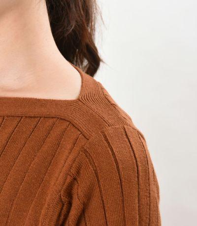 セットインスリーブで、直線的なラインが際立つストレートな肩口。ラセットブラウン