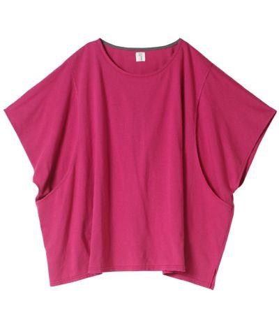 ラズベリーピンク:パッと華やかなピンク。ネックラインはグレーのカラーテープ。