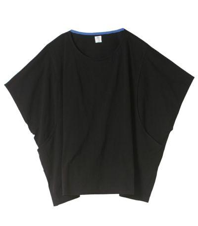 ブラック:合わせやすいブラック。ネックラインはブルーのカラーテープ。