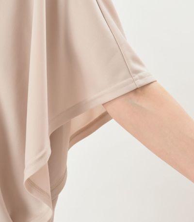 袖口 ひらりとした袖の広がりが 二の腕をカバーします。