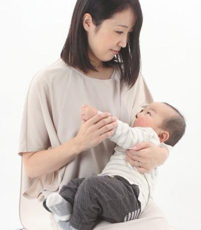授乳写真:大きく開いた袖口から授乳するサイドスリットタイプ。アイボリー 160cm
