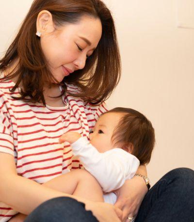 授乳写真:授乳口は抱っこひもとも相性の良いサイドスリットタイプ。