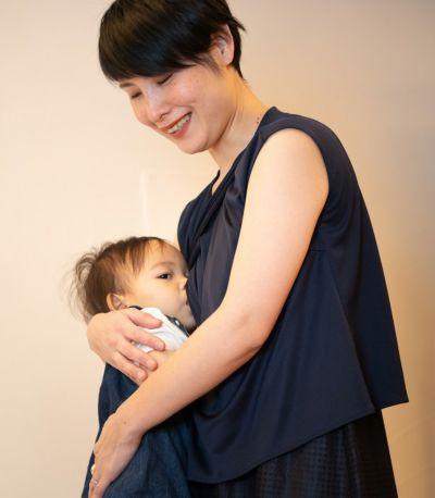 授乳写真:授乳口は着物のように前を合わせたデザインの締め付けのないレイヤータイプ。
