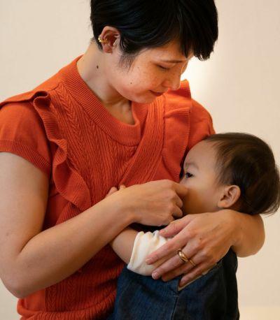 前身頃のケーブル編みが 女性らしさを演出。