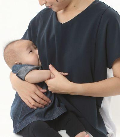 授乳写真:授乳口は抱っこひもとも相性の良いサイドスリットタイプの授乳服。