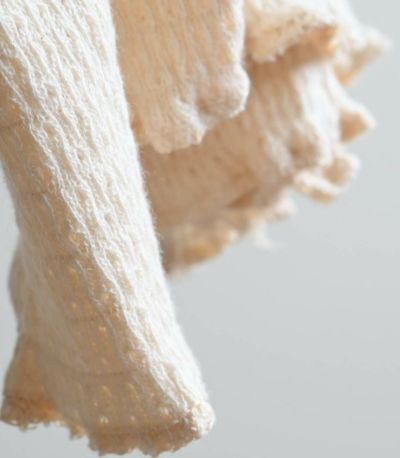 端のメロウロックが軽く華奢な印象で、動きのあるデザイン。
