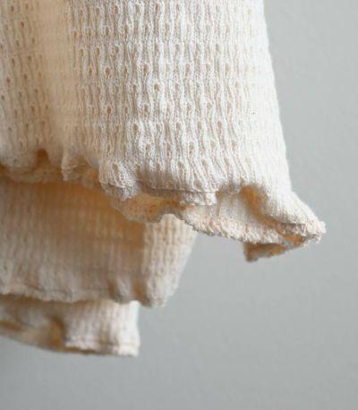 伸びをよくするために、オーガニックコットンの糸でカバーリングした天然ゴムを2%のみ使用した、しなやかでやわらかい風合が特徴