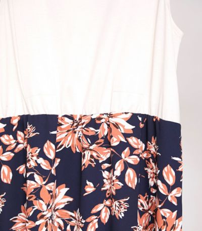 スカートのインナー部分は、トップスから透けにくい配色。ネイビー