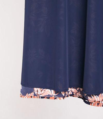 スカートの下部には、裏地付き。ネイビー