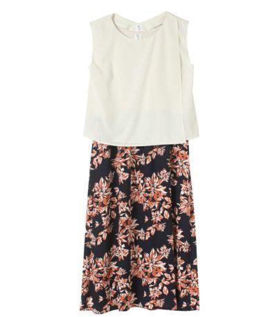 アイボリー:アイボリーのトップスと、ネイビー地のスカートにオレンジの花柄