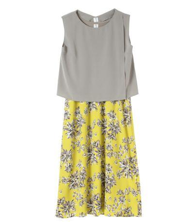 グレー:グレーのトップスと、イエロー地のスカートにグレーの花柄