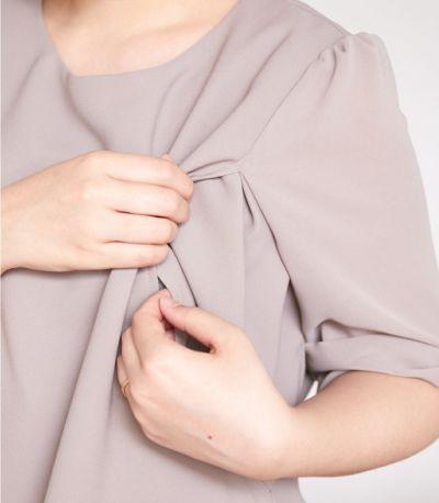 授乳口は抱っこひもとも相性の良いサイドスリットタイプの授乳服。リボンスリーブワンピース グレージュ