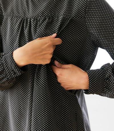 授乳口は抱っこひもとも相性がいいサイドスリットタイプの授乳服。