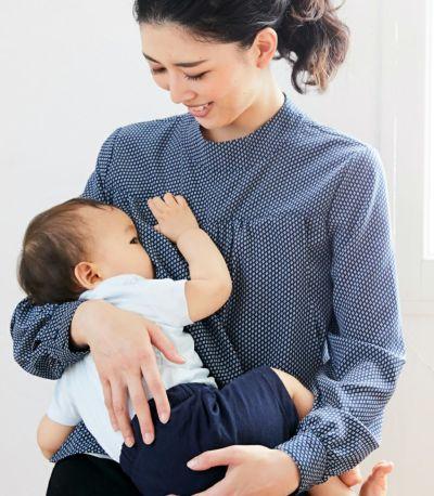 授乳写真:授乳口は抱っこひもとも相性がいいサイドスリットタイプの授乳服。