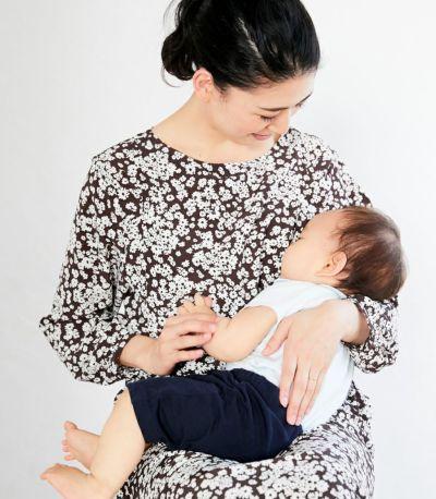 授乳写真:授乳口は抱っこひもと相性の良いサイドスリットタイプの授乳服。