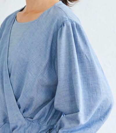肩と袖口に入ったギャザーが女性らしい。授乳服 ナチュラルカシュクールシャツ ネイビー