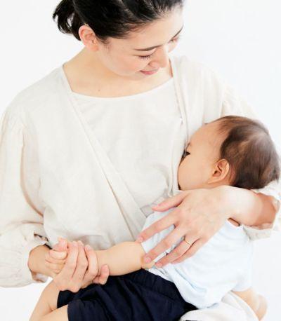 授乳写真:スリングでの授乳にも使いやすいカシュクールタイプの授乳服。