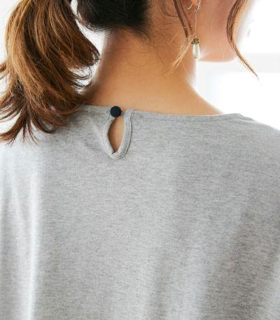 バックスタイルは涙あきに袖フリルと同色のボタン。
