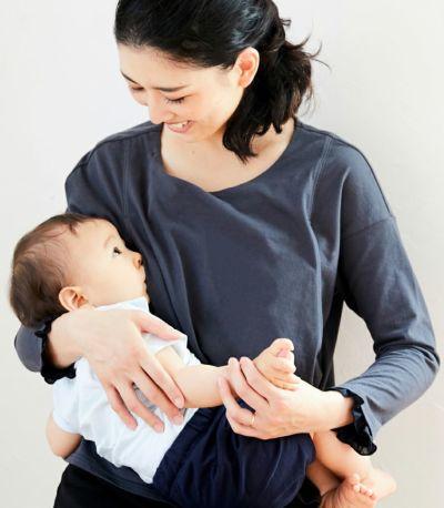 授乳写真:授乳口は抱っこひもと相性の良いサイドスリットタイプの授乳服。チャコール