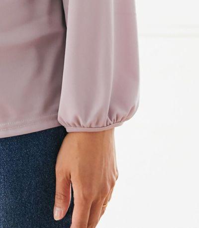 フェミニンなふんわりとした袖口のデザインが、カジュアルボトムも女性らしく。