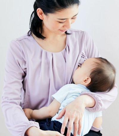 授乳写真:抱っこ紐とも相性のサイドスリットタイプの授乳服。