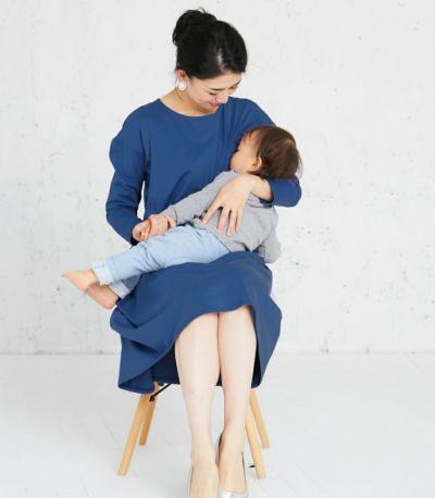 授乳写真:抱っこ紐とも相性の良いサイドスリットタイプの授乳服。 授乳服 フレアーカットソーワンピース