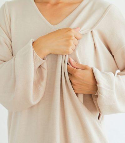授乳口は、抱っこ紐とも相性の良いサイドスリットタイプの授乳服。