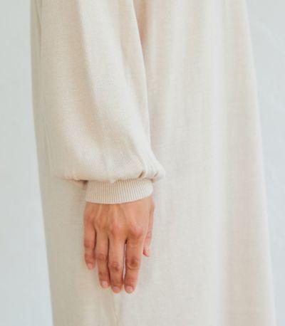 袖口にギャザーを入れ、ふんわりと女性らしいパフスリーブ。