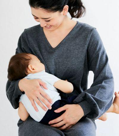 授乳写真:抱っこ紐とも相性の良いサイドスリットタイプの授乳服。